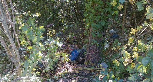 Sacchi di rifiuti, lattine e bottiglie: scoperta discarica a cielo aperto