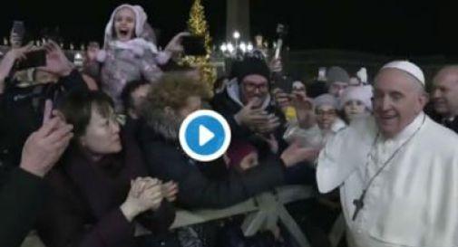 Papa strattonato da una fedele, si arrabbia e si libera con 2 schiaffi