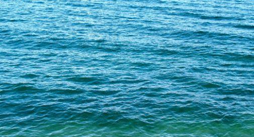 Si tuffa nel laghetto per prendere trote, muore annegato