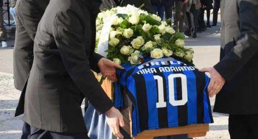 Oltre 500 persone per dire addio ad Adriano