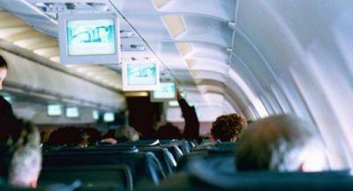 Si cala i pantaloni e fa pipì nella corsia dell'aereo