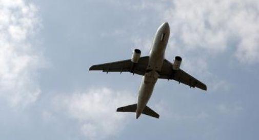 Pilota annulla il volo per permettere a due passeggeri di dire addio al nipote malato