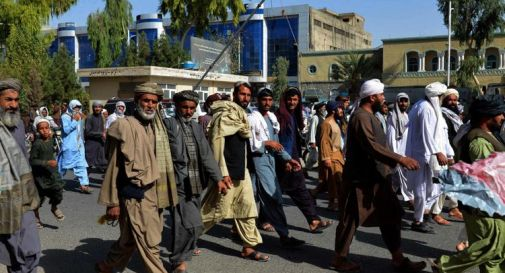 Afghanistan, talebani sgomberano case: migliaia in piazza a Kandahar