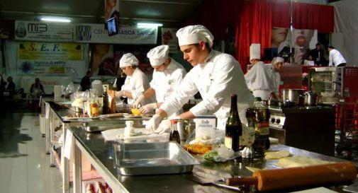 Palio, studenti alberghiero in cucina con Alpini