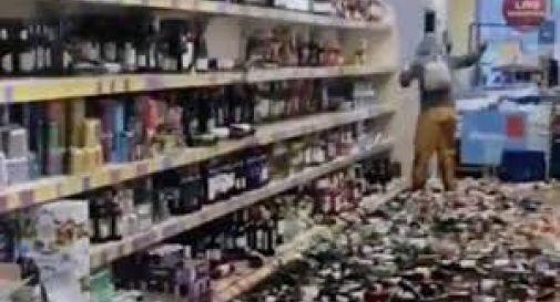 Entra all'Aldi incazzata, distrugge 500 bottiglie di alcolici scaraventandole VIDEO