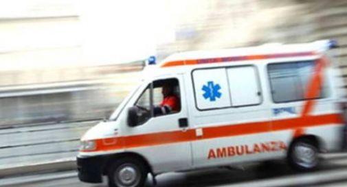 Ciclista cade da solo e si ferisce: passanti lanciano l'allarme