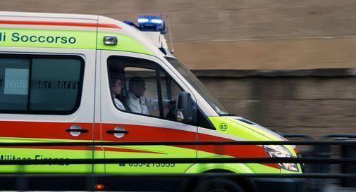 Brutto incidente lungo la Feltrina, operaio travolto da un'auto mentre lavora: portato d'urgenza in ospedale