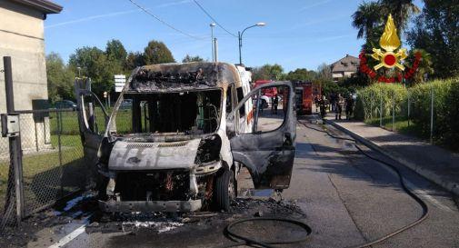 Ambulanza con paziente a bordo va a fuoco: distrutta