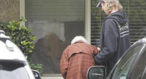 Coronavirus, marito e moglie separati da un vetro dopo 60 anni insieme