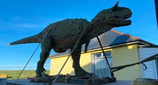 Il figlio vuole un dinosauro, il padre (per sbaglio) ne ordina uno a grandezza naturale