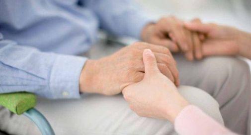 Anziani con parenti in casa di riposo