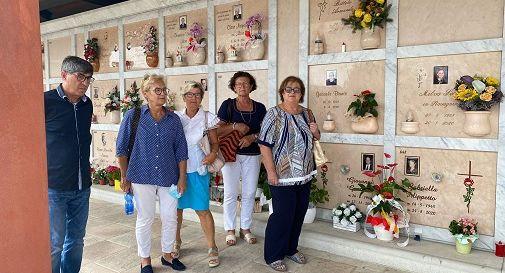 la delegazione dell'associazione in cimitero