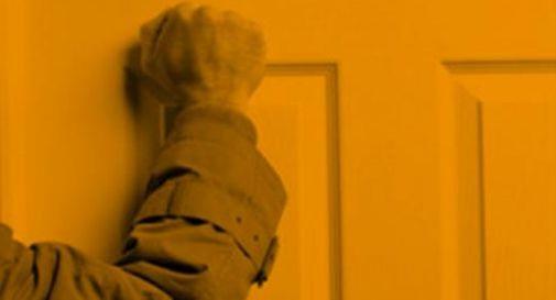 Cerca rifugio in casa di anziani, poi li pesta