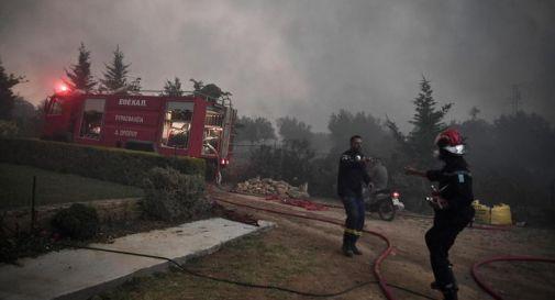 Atene assediata dalle fiamme, evacuati in centinaia