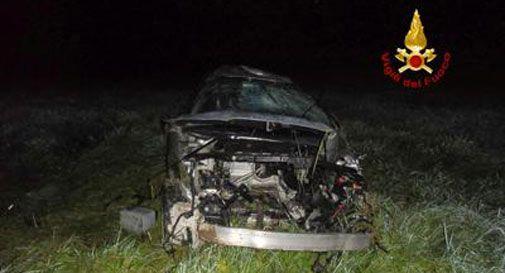 Auto con due ventenni a bordo si ribalta nel vicentino: un morto e un ferito