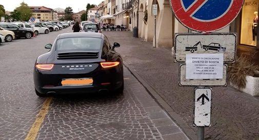 Ferma la Porsche in divieto di sosta e scoppia la polemica