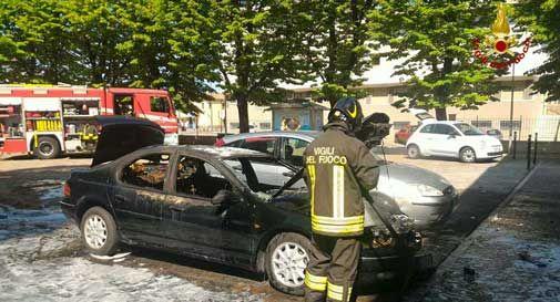 Codognè, auto in fiamme di fronte alla biblioteca