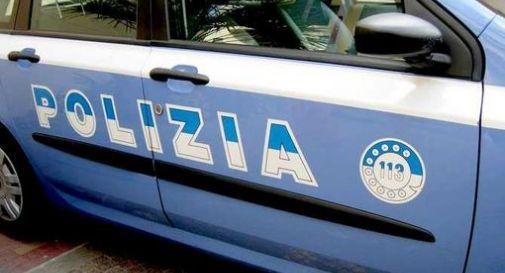 Bimba seduta sul davanzale, poliziotti la salvano