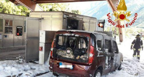 Auto in fiamme al casello di Vittorio Veneto: sul posto i vigili del fuoco