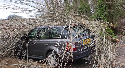 Tempesta Katie, voli cancellati e abitazioni senza corrente in Inghilterra
