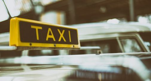 Donna partorisce in un taxi a Venezia aiutata da agente di polizia