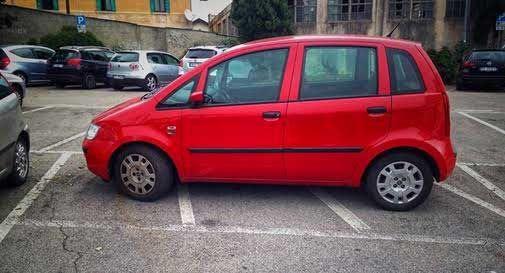 Parcheggio selvaggio a Montebelluna: reportage delle vergogna