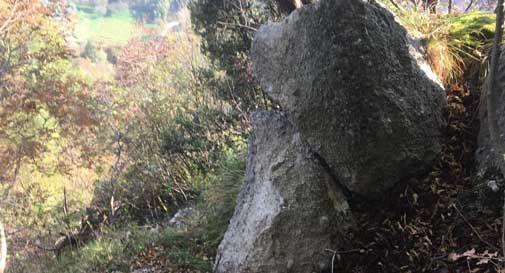 Grossi massi a rischio crollo sul Monte Altare: