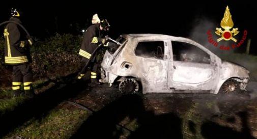 Paura nella notte: un'altra auto a fuoco nel trevigiano
