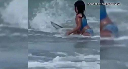 Attaccata da uno squalo, bimba riesce a fuggire: il momento filmato dalla madre