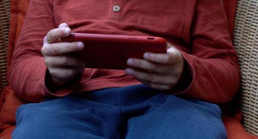 Stop a smartphone per i più piccoli e multa fino a 1500 euro per i genitori: la proposta di legge