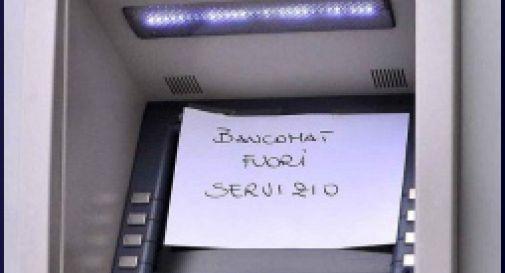 Assaltano il bancomat fuori servizio, via a mani vuote