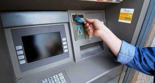 Assalto al bancomat con kalashnikov, scatta l'inseguimento ma i 5 banditi fuggono