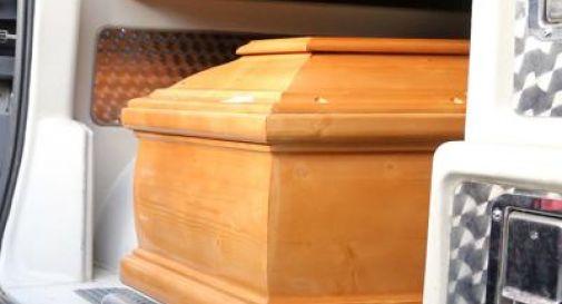 Celebrano il funerale per il caro defunto, ma poi si accorgono che nella bara c'è un altro