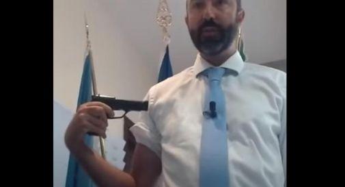 Barillari e il vaccino-pistola al braccio: