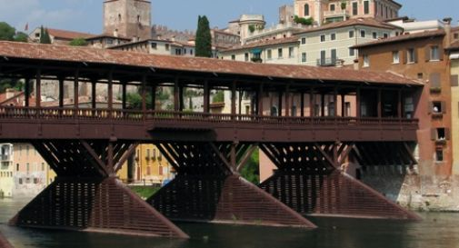 Vuole uccidersi lanciandosi dal ponte, ragazza placcata da due carabinieri
