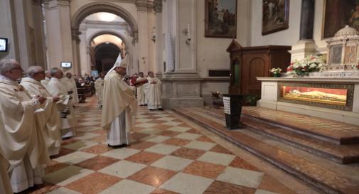 I fedeli di Treviso hanno celebrato il Beato Enrico e il vescovo si è inginocchiato davanti alla sua tomba