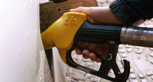 Rapinano imprenditore mentre fa benzina, arrestati 5 giovani tra cui un minore