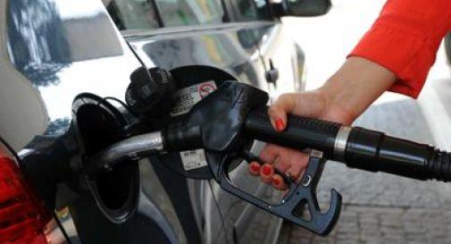 Benzina e diesel, prezzi giù