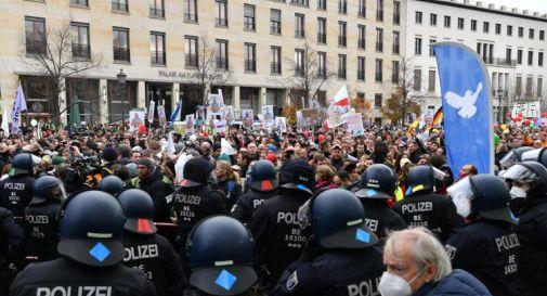 Covid: Berlino, 8mila in piazza, polizia interviene per disperdere manifestanti