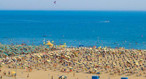 Si fingono sordomuti e benefattori: intascano soldi ai vacanzieri a Bibione