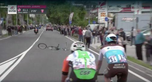 Lancia una bici durante il Giro, sarà espulso dall'Italia