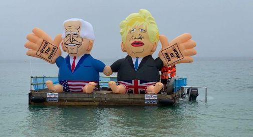 G7, i gonfiabili di Biden e Johnson: la protesta arriva via mare