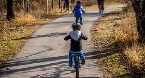 Bimbo di 7 anni cade in bicicletta nel fiume, il padre si tuffa e lo salva