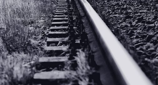 Testa sul binario, 30enne suicida