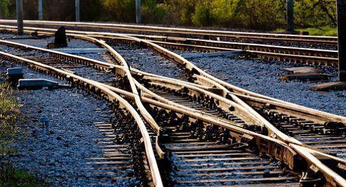 Si lascia cadere lungo i binari al passaggio del treno