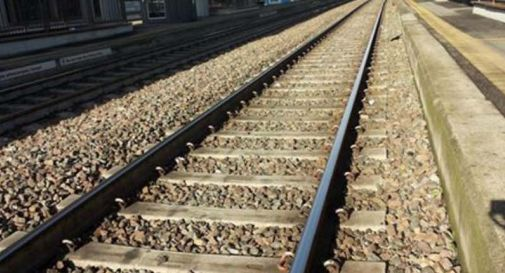 Si butta sotto il treno Padova-Treviso