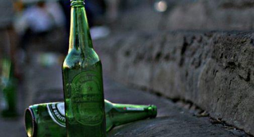 Pericolo per i bambini e i cani che giocano al parco a Pieve di Soligo, l'area è disseminata di cocci di vetro