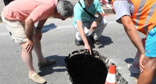 Sprofonda l'asfalto, voragine in strada