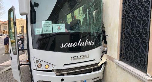 il bus finito contro la casa a Motta