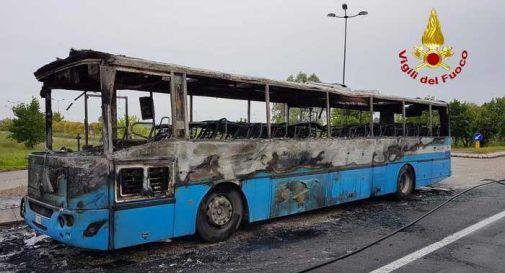 Bus di studenti prende fuoco, distrutto